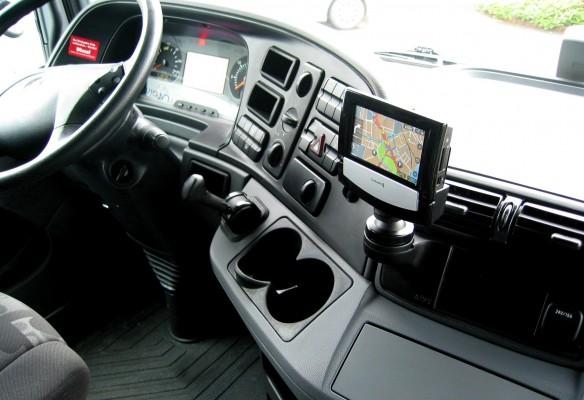 Beispiel: Telematikdisplay Funkwerk Eurotelematik in Mercedes Actros