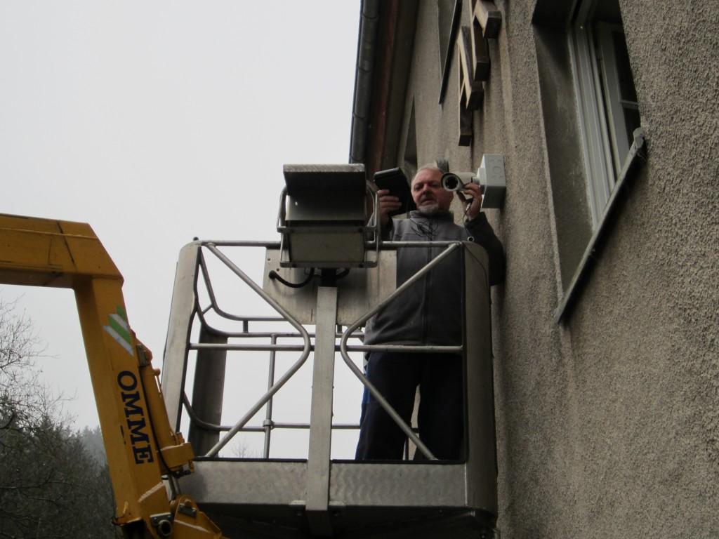 Installation einer Videoüberwachungskamera an einem Firmengebäude, Dezember 2014